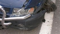 Modrá dodávka, kterou vytlačil ze silnice řidič jaguáru, havarovala.