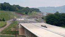 Sesunutý svah nad stavbou dálnice D8