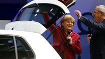 �editel Volkswagenu Martin Winterkorn obdivuje s kancl��kou Merkelovou prostorn� kufr e-golfu.