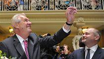Prezident Milo� Zeman (vlevo) zdraví 25. zá�í Brn� zam�stnance krajského ú�adu, kde zahájil t�ídenní náv�t�vu Jihomoravského kraje. Vpravo je hejtman Michal Ha�ek. | na serveru Lidovky.cz | aktu�ln� zpr�vy