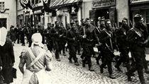 �eskoslovenská armáda opou�tí po mnichovském diktátu m�sto Fulnek. Na domech vlají vlajky s hákovým k�í�em. | na serveru Lidovky.cz | aktu�ln� zpr�vy