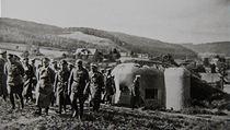 Adolf Hitler při prohlídce československého opevnění, které padlo do rukou Němců.
