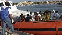 Migranti prchaj� do Evropy p�es St�edozemn� mo�e. Na sn�mku lo� s uprchl�ky v...