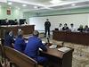 Alexej Navalnyj u soudu, který jeho pětiletý trest vězení za údajné podvody změnil na podmínku (16. 10. 2013)