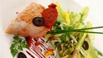 """Pečená máslová makrela """"ADOBO"""" na gratinované muškátové dýni, batátovým pyré, avokádovým krémem a salsou z tropického ovoce provoněnou panenským olivovým olejem"""