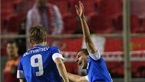 Pavelka a Kalitvintsev slaví gól na 1:1 na Seville.