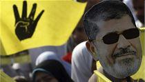 Soud s Murs�m doprov�zej� demonstrace stoupenc� Muslimsk�ho bratrstva.