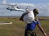 Zásoby do Taclobanu a jiných zasažených oblastí přinášejí vrtulníky.