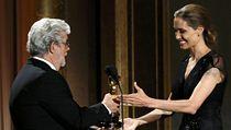 Americká herečka Angelina Jolie v sobotu v Los Angeles za dlouholeté humanitární aktivity obdržela čestného Oscara.