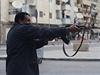 Stoupenec libyjské armády střílí proti islamistům během ozbrojených střetů mezi libyjskou armádou a salafistickou skupinou Ansan aš-šaría