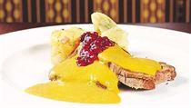 Oran�ov� mrkev spolu s celerem a petr�el� tvo�� z�klad tradi�n� sv��kov� na smetan�.