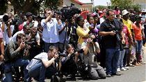 Jihoafričtí reportéři a obyvatelé Johannesburgu před soudní budovou