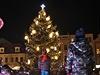 KOLÍN - V Kolíně svítí stromek jen žlutě, konce větví zdobí obrovské vločky.