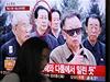 Čang Song-tchek na archivním záběru se zesnulým Kim Čong-ilem