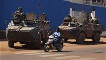 Francouzští vojáci v ulicích Bangui. Francie posiluje svou vojenskou přítomnost ve Středoafrické republice v reakci na krveprolití, jež zemi zachvátilo po březnovém převratu