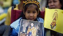 Dívenka s portrétem mladého krále Pchúmipchona Adundéta | na serveru Lidovky.cz | aktu�ln� zpr�vy