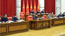 Kim �ong-un (uprost�ed) na zased�n� politbyra