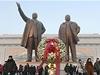 Ob�í bronzové sochy Kim Ir-sena (vlevo) a Kim �ong-ila. Otec a syn vládli KLDR p�es 60 let   na serveru Lidovky.cz   aktu�ln� zpr�vy