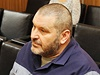 Vězněný podnikatel Alexandr Novák u soudu s Michalem Valešem. Za ním sedí...