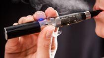 Boj proti kou�en�. New York omez� inhalaci e-cigaret na ve�ejnosti.