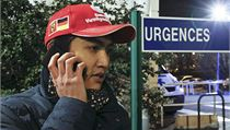 Jak je na tom? Před nemocnicí se schází Schumacherovi fanoušci.