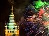 Světelná pyrotechnická show nad Prahou představila témata například květin, bílých grošů nebo Golema