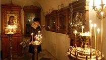 Žena zapaluje svíčku v kostele sv. Jana Křtitele ve Volgogradu.