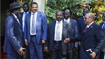 Jihos�d�nsk� prezident Salva Kiir (zcela vlevo) v�t� sv�j s�d�nsk� prot�j�ek Umara Ba��ra (zcela vpravo).