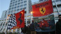 Vlajky ferrari na podporu Schumachera p�ed nemocnicí v Grenoblu. | na serveru Lidovky.cz | aktu�ln� zpr�vy