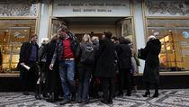 Lidé se nemohli dostat do práce. Policie zasahuje v České exportní bance a ve státní pojišťovací společnosti EGAP.
