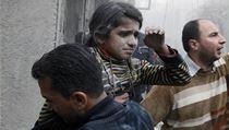Válka v Aleppu. Tato dívka přišla během náletu o oba rodiče.