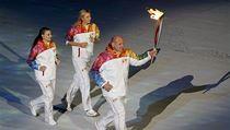 Atletka Jelena Isinbajevov� (vlevo), tenistka Maria �arapovov� a  z�pasn�k Alexandr Karelin s olympijskou pochodn�