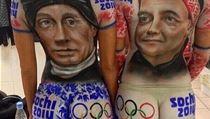 Neznámé dívky si nechaly pokreslit těla karikaturami Vladimira Putina a Dmitrije Medveděva.
