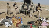 Vojáci irácké armády stojí nad mrtvými těly džihadistů ze sítě ISIL, kteří zemřeli během střetů mezi radikály a iráckými vojáky na předměstí Ramádí.