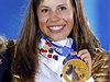 Zlatý ceremoniál. Česká snowboardkrosařka Eva Samková přebírá zlatou olympijskou medaili