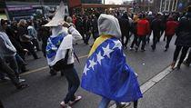Demonstrantky zahal� v bosensk� vlajce