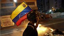 Opozi�ní demonstrant nese venezuelskou vlajku | na serveru Lidovky.cz | aktu�ln� zpr�vy
