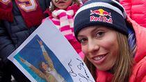 Eva Samkov� rozdala n�kolik autogram�.