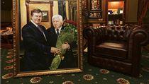 Korupce na Ukrajině. Prezidenta Viktora Janukovyče (vlevo) a generálního prokurátora Viktora Pšonku svrhlo hnutí Majdan. V čele Ukrajiny si oba bývalí prominenti zajistili pohádková majetek. Na snímku luxusní interiér Pšonkovy vily.
