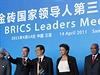 Na summitu skupiny BRICS 14. dubna v ��nsk�m San-ja se setkali indick� premi�r Manm�han Singh (prvn� zleva), rusk� prezident Dmitrij Medved�v (druh� zleva), ��nsk� prezident Chu �in-tchao (uprost�ed), brazilsk� prezidentka Dilma Rousseffov� a jihoafrick� prezident Jacob Zuma.