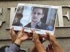 Podporovatelé Edwarda Snowdena, bývalého pracovníka americké Národní bezpečnostní agentury, který vyzradil médiím informace o rozsáhlém sledování elektronické koumunikace Američanů tajnými službami, drží jeho portrét během demonstrace před americkým konzulátem v Hongkongu.