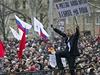 """""""V Rusku jsou na�i brat�i, v Evrop� jsme otroky."""" Transparent prorusk�ho demonstranta ve v�chodoukrajinsk�m Don�cku."""