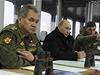 Rusk� prezident Vladimir Putin s ministrem obrany Sergejem �ojguem (vlevo) sleduje vojensk� man�vry rusk� arm�dy v Pobalt�.