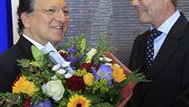 Jose Manuel Barroso p�ijímá gratulaci od velvyslance Norska v EU Atle Leikvolla. | na serveru Lidovky.cz | aktu�ln� zpr�vy