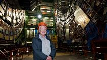 Momentáln� nejslavn�j�í fyzik sv�ta, profesor Peter Higgs, se takto v roce 2008 vyfotil p�ed experimentem CMS v �enevském CERN, který m�l napomoci k hledání Higgsova bosonu. | na serveru Lidovky.cz | aktu�ln� zpr�vy