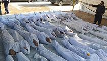 Syr�tí aktivisté prohlí�ejí t�la lidí, kte�í 21. srpna zahynuli p�i útoku nervovým plynem v p�ím�stské oblasti Dama�ku Ghúta.   na serveru Lidovky.cz   aktu�ln� zpr�vy