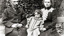 T�i lidé, �ty�i Nobelovy ceny. Rodi�e Pierre a Marie Curieovi dostali cenu za fyziku (1903), matka p�idala i cenu za chemii (1911) a dcerka Irene Joliot-Curieová chemickou v roce 1935. | na serveru Lidovky.cz | aktu�ln� zpr�vy