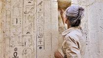 Na abúsírských výzkumech se podílejí desítky odborník�: na snímku restaurátorka Sa�a Kosinová, která pe�uje o nepravé dve�e  hrobky staroegyptského léka�e �epseskafancha. | na serveru Lidovky.cz | aktu�ln� zpr�vy