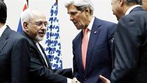 Íránský ministr zahrani�í Mohammad D�avád Zaríf (vlevo) a jeho americký prot�j�ek John Kerry si podávají ruce b�hem �enevského jednání Íránu a �esti mocností (stálí �lenové Rady bezpe�nosti OSN a N�mecko). | na serveru Lidovky.cz | aktu�ln� zpr�vy