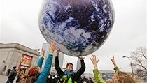 Ekologi�tí aktivisté si b�hem klimatického summitu OSN ve Var�av� hrají s modelem zem�koule. | na serveru Lidovky.cz | aktu�ln� zpr�vy